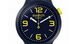 Swatch SO27N102 Big Bold με μπρασελέ από σιλικόνη σε μπλε χρώμα και νέον κίτρινα στοιχεία και μπλε καντράν. Βρείτε το στο Ατόφιο στον Κορυδαλλό.